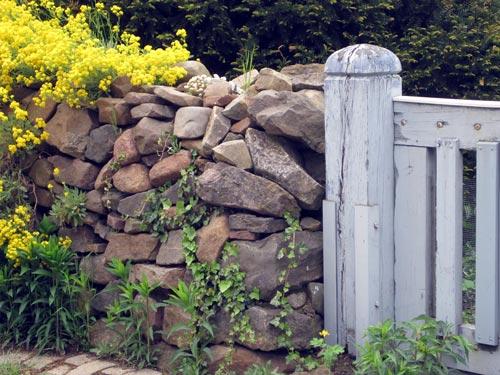 Zaun, Mauer oder Hecke - Die richtige Wahl für Dein Haus