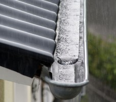 Reinigung verstopfter Dachrinnen und Fallrohren von Laub und Schmutzablagerungen